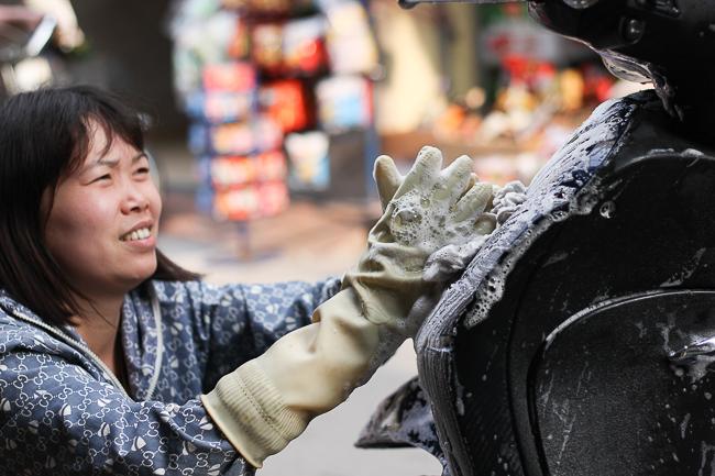 Rửa xe ở quê ngày Tết: Một ngày công bằng vài tạ thóc