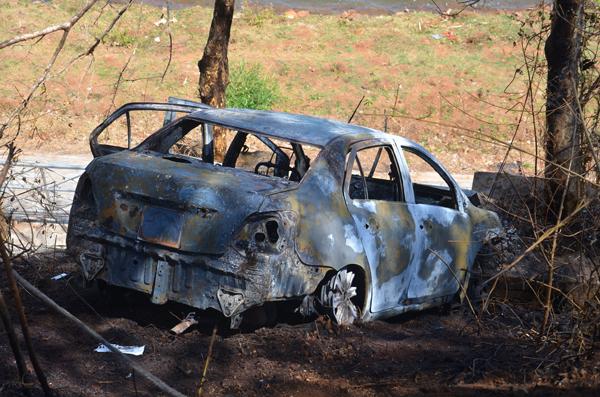 Tài xế taxi châm lửa đốt xe rồi lao xuống hồ, 2 người tử vong