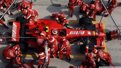 Hàng chục người tạo nên quy trình thay lốp xe đua F1 trong 'nháy mắt'