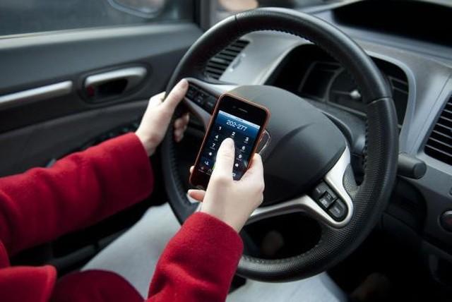 Sử dụng điện thoại khi lái xe bị phạt như thế nào?