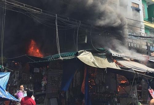 Cháy lớn trong chợ thời trang sầm uất bậc nhất Sài Gòn, 6 người mắc kẹt