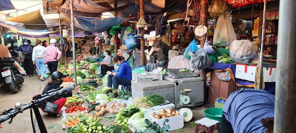 Tại các chợ dân sinh, giá thực phẩm, rau xanh giảm mạnh. Ảnh: Vũ Long