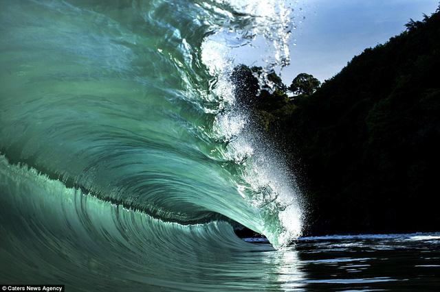 Teahupo'o là một trong những địa điểm lướt sóng nổi tiếng và nguy hiểm nhất hành tinh, nơi có những con ngọn sóng cao tới 6m