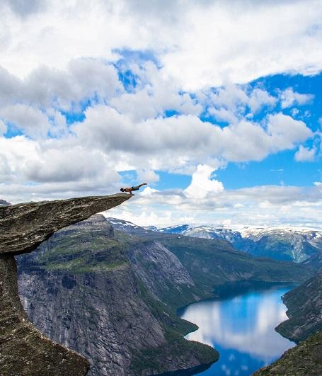 Trolltunga là một mỏm đá nhô ngang ra của ngọn núi cao 700 m, thuộc phía Bắc của hồ Ringedalsvatnet, Norway. Việc giữ thăng bằng trên mỏn đá này thật sự là không tưởng vì chỉ một sơ sảy nhỏ, bạn có thể rơi xuống phía dưới mà khó bảo toàn được mạng sống.