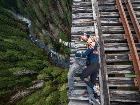 """Bức hình có tên Big Drop Romance"""" được chụp ở Washington. Bất chấp sợ hãi, cặp đôi trong ảnh đã nhờ người thân ghi lại khoảnh khắc bằng ống len 14mm."""
