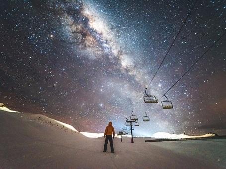 Để có thể ngắm nhìn bầu trời đầy sao một cách rõ nét, nhiếp ảnh gia đã tới khu nghỉ dưỡng Cardrona Alpine, New Zealand, tự mình leo lên đỉnh dốc thay vì đi cáp và ghi lại khung cảnh tuyệt đẹp cùng khoảnh khắc đáng nhớ này.