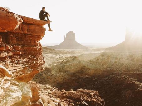 Bức hình này được chụp tại Thung lũng Monument ở San Juan, Utah. Nhiếp ảnh gia đã tự mình leo lên mỏm núi để có thể ngắm quang cảnh bình minh qua những dãy núi khổng lồ.