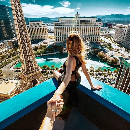 Nhiếp ảnh gia đã căn ke rất kỹ để có một góc chụp hoàn hảo với vợ mình bên trên sân thượng của khách sạn Bellagio, Las Vegas.
