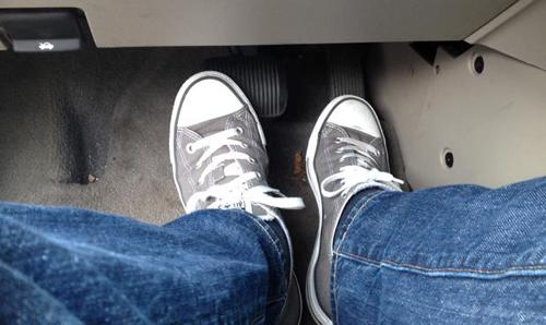 Sai lầm sử dụng 2 chân khi lái xe số tự động
