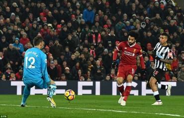 Salah tỏa sáng, Liverpool vượt Man United