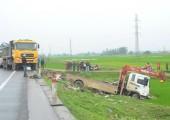 Ô tô biến dạng sau va chạm với xe cứu hộ, 2 người chết, 5 người bị thương