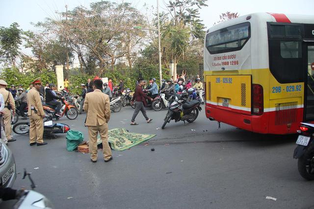Hà Nội: Người đàn ông đi xe máy bị xe buýt cán tử vong