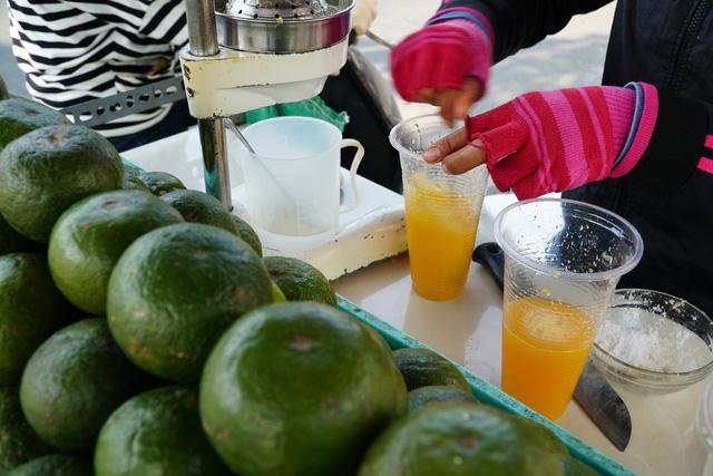 Sài Gòn nắng gay gắt, người dân xếp hàng chờ mua nước giải nhiệt