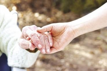 Đừng đẩy trách nhiệm chăm cha mẹ cho bạn đời