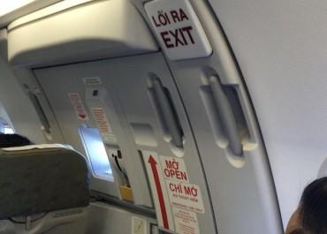 Hàng trăm người bị chậm chuyến bay do một vị khách mở cửa thoát hiểm