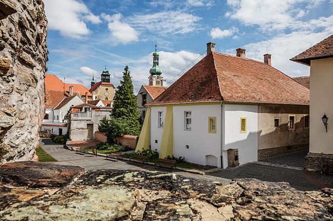 Ngỡ ngàng với kiến trúc hiện đại trong lòng lâu đài cổ gần 400 tuổi