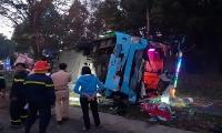 Ô tô khách đâm xe tải rồi lật ngửa, hàng chục người bị thương kêu cứu