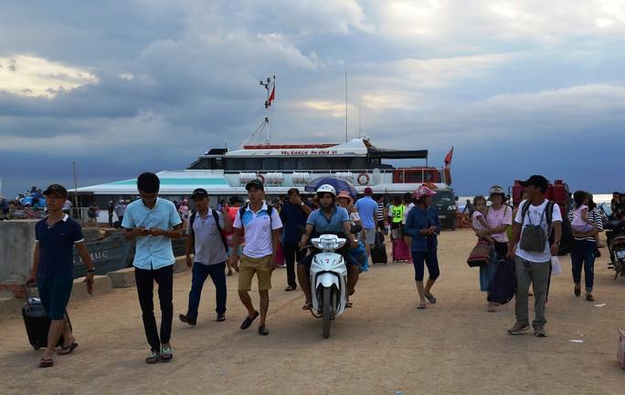 Lý Sơn tạm dừng đón khách du lịch trong và ngoài nước