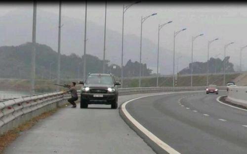 Dừng xe bắn chim trên cao tốc, người đàn ông bị tước bằng lái, phạt nặng