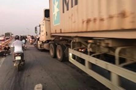 """Những nguyên tắc """"sinh tồn"""" khi chạy cạnh xe container, xe tải nặng"""