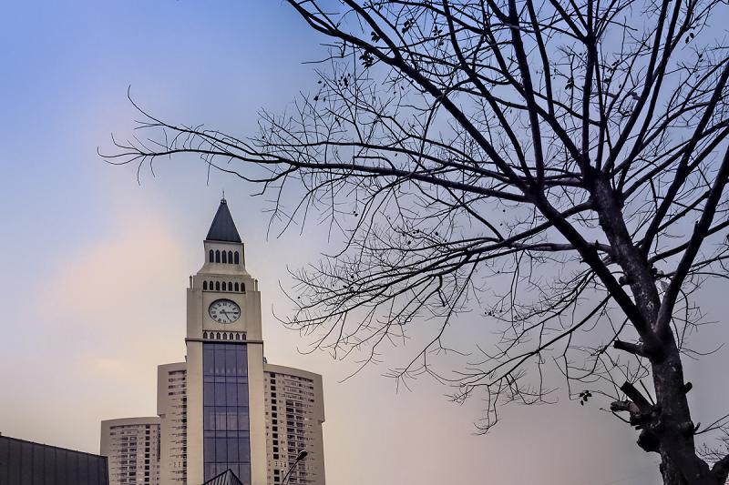 (Bức ảnh: Tháp đồng hồ La Casta - Điểm nhấn khu đô thị Văn Phú, tác giả Vũ Bảo Ngọc)