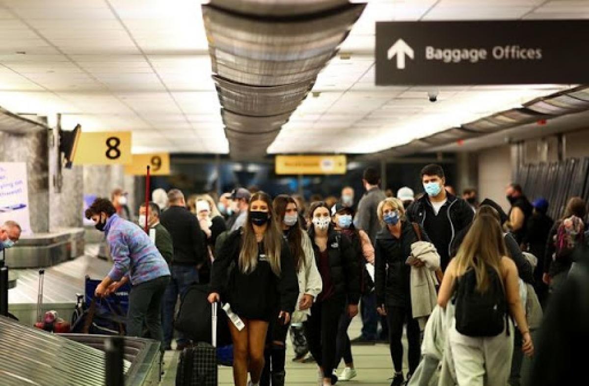 Người dân Mỹ buộc phải đeo khẩu trang trên mọi phương tiện công cộng. Ảnh: Reuters