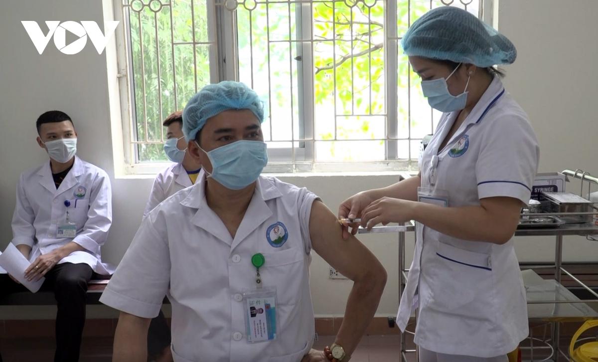 12 trường hợp phản ứng độ 2 sau tiêm vaccin AstraZeneca đã ổn định