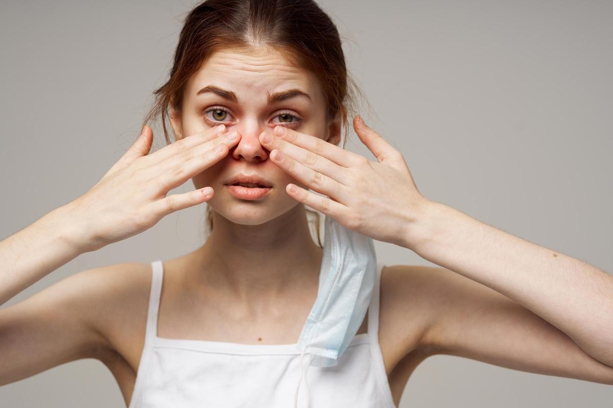 Gỉ mắt đặc và dính: Tuyến lệ bị tắc có thể khiến mắt bị khô, dẫn đến tình trạng viêm túi lệ. Đây là một dạng nhiễm khuẩn tuyến lệ, khiến mắt tiết ra chất gỉ đặc và dính.