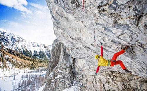 Đứng tim khoảnh khắc người leo núi lơ lửng giữa lưng chừng trời