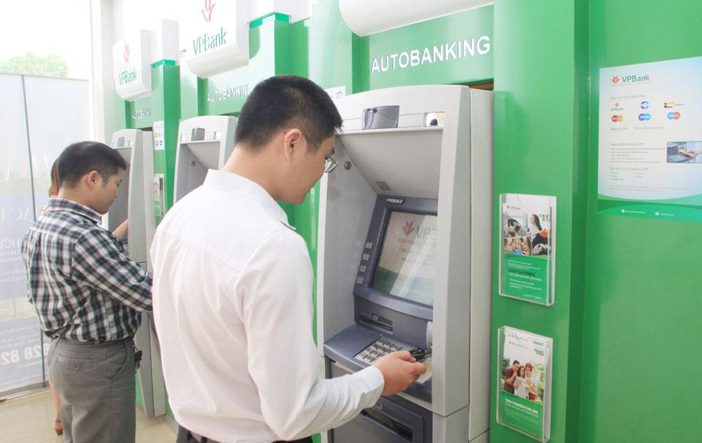 Lại bất bình vì phí ATM
