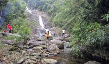 Khám phá thác Ba Ao sau hành trình dữ dội leo dốc vượt suối