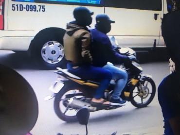 Camera ghi được hình ảnh 2 nghi can cướp ngân hàng ở Sài Gòn