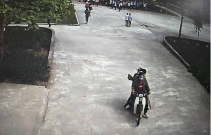 Đi xe máy chở 4 xông vào trường đánh học sinh lớp 9