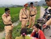 Cảnh sát giao thông cứu người phụ nữ bị tai nạn cắm đầu xuống mương nước