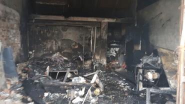 Cháy nhà, ba mẹ con chết thảm