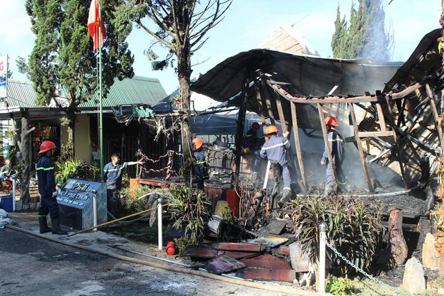 Lâm Đồng: 10 chiếc xe cổ cháy rụi trong quán cà phê ở Đà Lạt