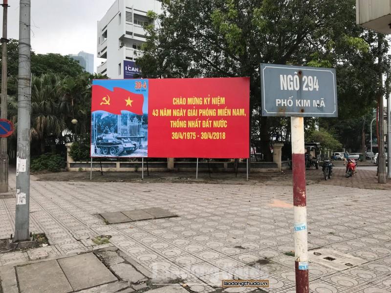 Quận Ba Đình đặt các bồn cây trên phố Kim Mã chào mừng kỷ niệm 30/4 và 1/5