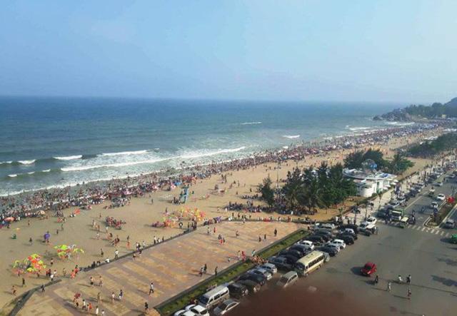 Thanh Hóa: Biển người chen chúc trên các bãi tắm ở Sầm Sơn trong ngày đầu nghỉ lễ