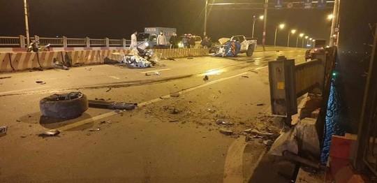 Xe bán tải tông dải phân cách trên cầu, 2 người thương vong