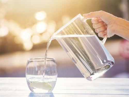 Bạn có nhất thiết cần uống 8 cốc nước mỗi ngày?