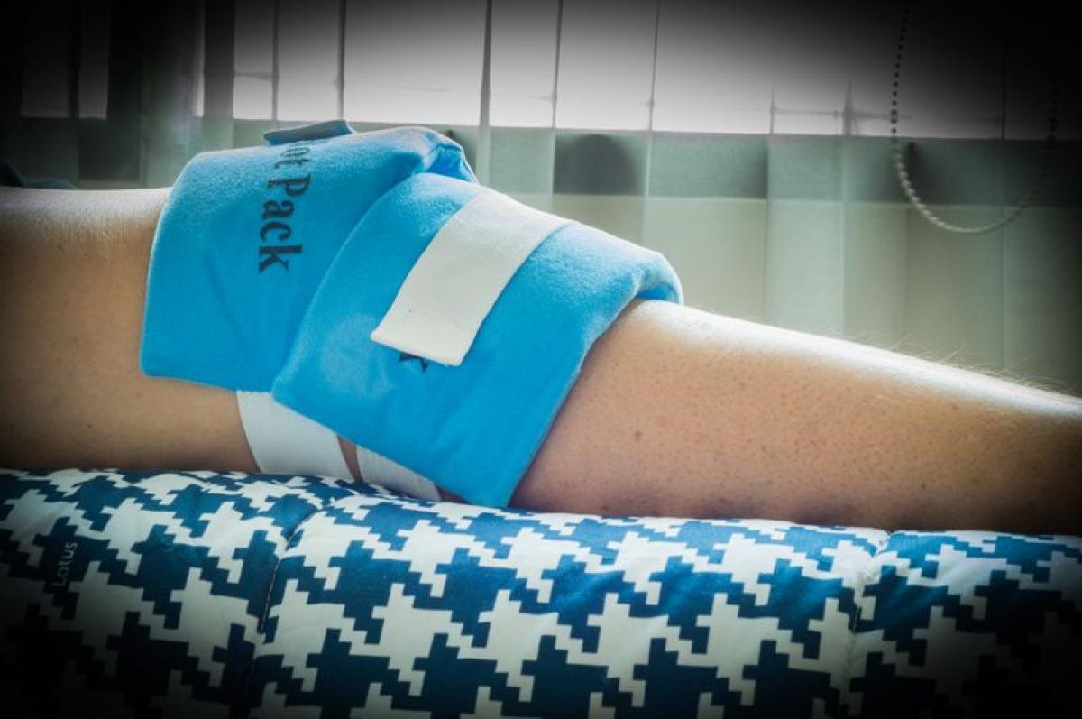 Sưng: Trong vòng một vài giờ sau chấn thương, bạn sẽ nhìn thấy và cảm thấy sưng ở vùng chấn thương. Tình trạng sưng phù xung quanh dây chằng bị rách là do các dịch thể, bao gồm máu từ vết rách, chảy vào và xung quanh vùng chấn thương. Hầu hết các chấn thương kiểu này không để lại vết thương hở để giải phóng lượng máu này, do đó máu sẽ tích tụ dưới da gây sưng phù.