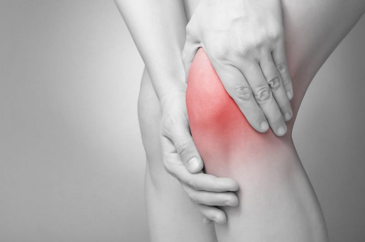 Cảm giác ấm nóng khi chạm vào: Khi chạm tay vào vùng chấn thương, bạn sẽ cảm thấy ấm nóng. Đó là dấu hiệu viêm do sự tích tụ các chất lỏng và máu xung quanh vết rách. Càng để sưng lâu thì nguy cơ viêm nhiễm ở vùng chấn thương càng cao.