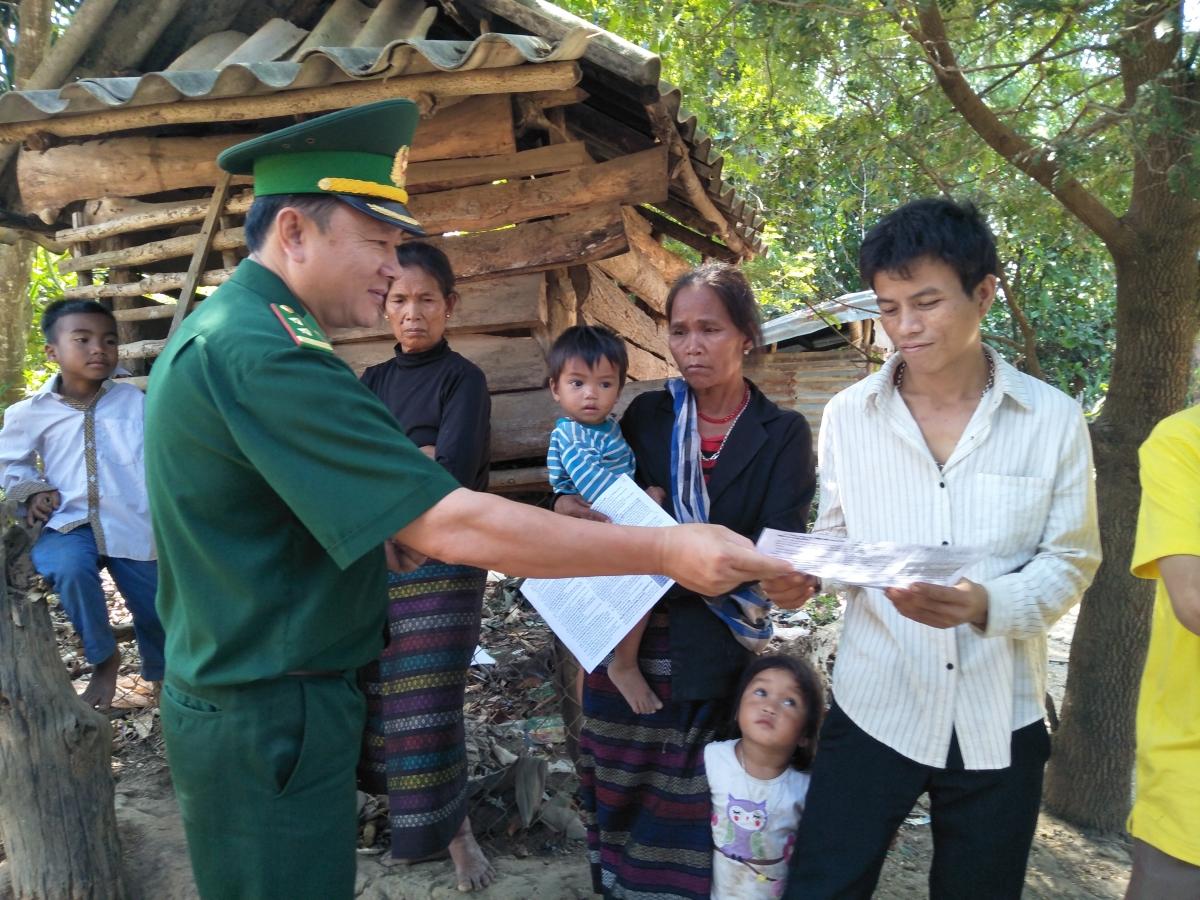 Lực lượng biên phòng tuyên truyền cho bà con biên giới về bầu cử.