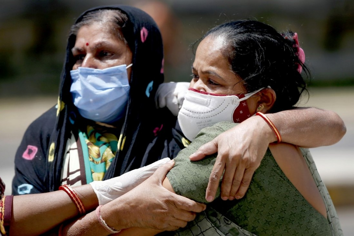 Người thân của một nạn nhân Covid-19 an ủi nhau ở Ahmedabad, Ấn Độ. Ảnh: Tân Hoa xã