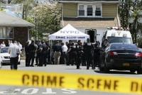 Cảnh sát Mỹ bị bắn vào đầu trên phố