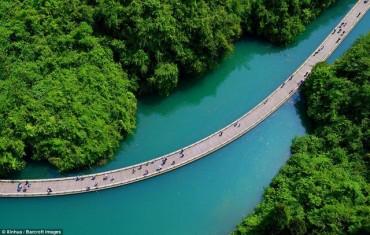 Đẹp nao lòng tuyến đường đi bộ... trên sông