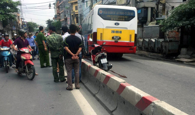 Hà Nội: Người đàn ông ngã ra đường, bị xe buýt cán tử vong