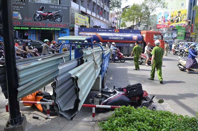 TPHCM: Xe chở tôn lại cứa người đi đường nhập viện