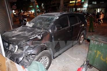 Ôtô Fortuner đâm sập tường rào của bãi xe, lao vào cửa hàng nội thất