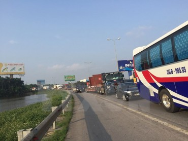 Xe container mất lái lao xuống chân cầu, Quốc lộ 5 ùn tắc kéo dài